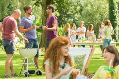 Vriendengrill en lach in park royalty-vrije stock foto