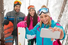 Vriendensnowboarders of skiërs die selfie in mistbos maken Stock Afbeelding