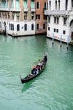 Vriendentoerist op gondel in Venetië, Italië Stock Afbeeldingen