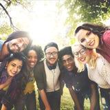 Vriendenvriendschap het Lopen de Pretconcept van de Parksamenhorigheid Royalty-vrije Stock Fotografie