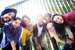 Vriendenvriendschap het Lopen de Pretconcept van de Parksamenhorigheid Stock Foto's