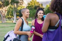 Vriendenvrouwen die na training spreken royalty-vrije stock fotografie