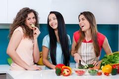 Vriendschap en gezonde levensstijl die thuis koken Royalty-vrije Stock Fotografie