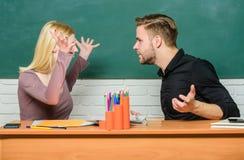 Vriendschap en relaties E r Relatiesklasgenoten De studenten delen klaslokaal mee royalty-vrije stock foto