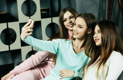 vriendschap, mensen en technologieconcept - gelukkige vrienden of tieners die met smartphone selfie thuis nemen stock fotografie