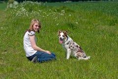 Vriendschap tussen meisje en huisdierenhond Stock Afbeelding
