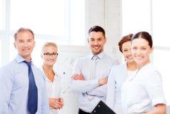 Vriendschappelijk commercieel team in bureau Royalty-vrije Stock Foto