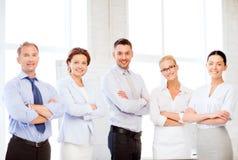 Vriendschappelijk commercieel team in bureau Royalty-vrije Stock Afbeeldingen