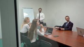 Vriendschappelijk commercieel team die presentatie in bureau hebben stock videobeelden