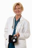 Vriendschappelijke aantrekkelijke gezondheidszorgarbeider artsenverpleegster stock afbeeldingen