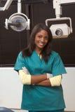 Vriendschappelijke Afrikaans-Amerikaanse tandartsvrouw in bureau Stock Foto