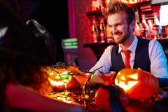 Vriendschappelijke barman Stock Foto