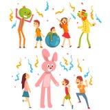 Vriendschappelijke Blijspelacteur Performers Clowns Playing met Kleine Kinderen bij de Vectorillustratie van de Verjaardagspartij vector illustratie