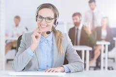 Vriendschappelijke call centrearbeider stock afbeeldingen
