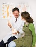 Vriendschappelijke Chiropracticus met Patiënt Stock Foto