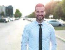 Vriendschappelijke en glimlachende knappe zakenman Stock Fotografie
