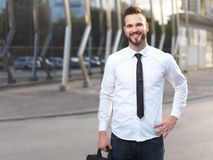 Vriendschappelijke en glimlachende knappe zakenman Stock Afbeelding