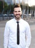 Vriendschappelijke en glimlachende knappe zakenman Royalty-vrije Stock Foto