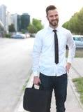 Vriendschappelijke en glimlachende knappe zakenman Royalty-vrije Stock Afbeeldingen