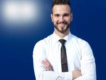 Vriendschappelijke en glimlachende knappe zakenman Stock Afbeeldingen