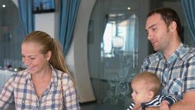 Vriendschappelijke familie bij ontbijt in het hotel Stock Foto's