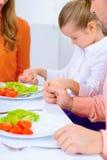 Vriendschappelijke familie die diner hebben samen Royalty-vrije Stock Afbeeldingen