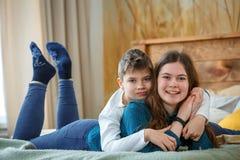 Vriendschappelijke family Broer en zuster stock foto's