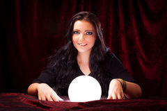Vriendschappelijke Fortuinteller met Crystal Ball Stock Afbeeldingen