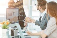 Vriendschappelijke handdruk van werknemers in de werkplaats bij het begin Royalty-vrije Stock Afbeeldingen