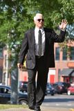 Vriendschappelijke Hogere Person Wearing Tie Walking On-Stoep stock foto