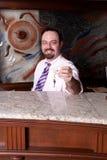 Vriendschappelijke hotelreceptionnist die ruimtesleutel geeft royalty-vrije stock afbeeldingen