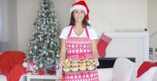 Vriendschappelijke jonge vrouw die Kerstmisbaksel doen Royalty-vrije Stock Afbeelding