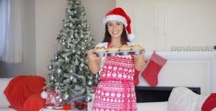 Vriendschappelijke jonge vrouw die Kerstmisbaksel doen Royalty-vrije Stock Foto's