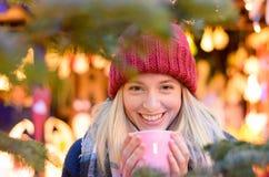 Vriendschappelijke jonge vrouw die van een hete drank genieten Stock Foto
