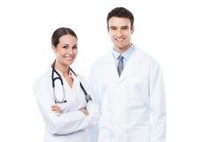 Vriendschappelijke mannelijke en vrouwelijke artsen Stock Foto's
