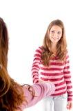 Vriendschappelijke meisjes die handen schudden Stock Afbeeldingen