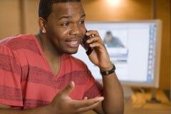 Vriendschappelijke mens die op celtelefoon spreekt Royalty-vrije Stock Afbeelding