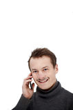 Vriendschappelijke moderne jonge kerel die op mobiele telefoon spreekt Stock Foto's