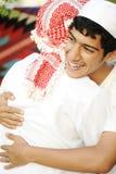 Vriendschappelijke omhelzing, twee Arabisch Stock Afbeelding