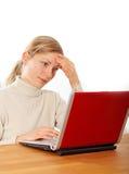 Vriendschappelijke onderneemster die met laptop werkt Stock Afbeeldingen
