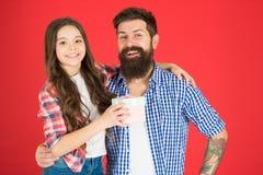 Vriendschappelijke relaties Vader hipster en zijn dochter Giftverrassing De gelukkige Dag van Vaders Mensen gebaarde vader en leu stock afbeelding