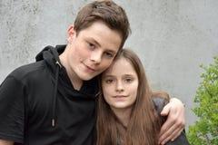 Vriendschappelijke siblings, allebei met vele sproeten Stock Fotografie