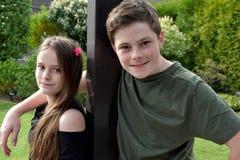 Vriendschappelijke siblings, allebei met vele sproeten Royalty-vrije Stock Afbeeldingen