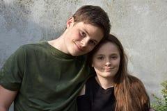 Vriendschappelijke siblings, allebei met vele sproeten Royalty-vrije Stock Fotografie