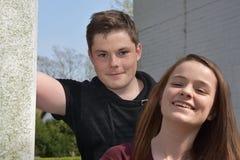Vriendschappelijke siblings, allebei met vele sproeten stock afbeeldingen