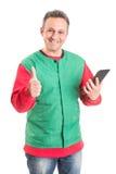 Vriendschappelijke supermarktwerknemer die draadloze tablet gebruiken royalty-vrije stock afbeeldingen
