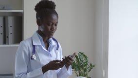 Vriendschappelijke therapeut die mobiele telefoon met behulp van stock videobeelden