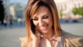 Vriendschappelijke van de de vrouwenbespreking van de vraag mobiele glimlach de telefoonstraat stock footage