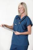Vriendschappelijke verpleegster die geduldige grafiek houdt Stock Afbeeldingen