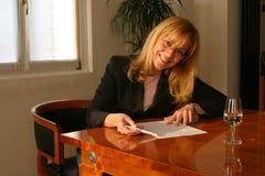Vriendschappelijke vrouw die een project bespreekt Stock Foto's
